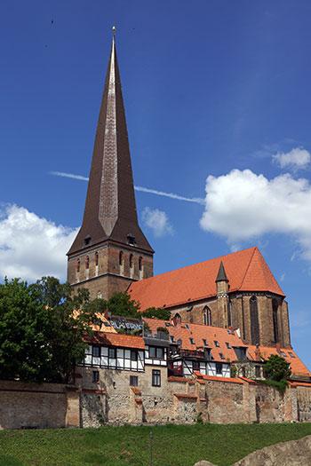 Petrikirche mit Stadtmauer, Andicht von Südosten