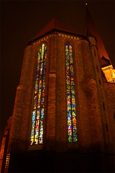 Chorfenster abends von innen angestrahlt