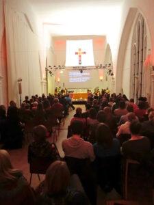 Saal als Raum für einen Gottesdienst